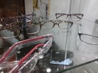 Optica con múltiples opciones de lentes para damas, caballeros y niños